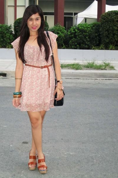 which fashion accessories are best for pink attire