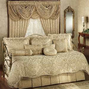 Curtain And Bed Sets White Steel Daybed With White Comforter Bedding Set Ruffle Ornament On The Bottom