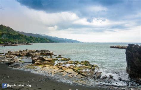 pantai loji panorama pasir  karang hitam  menawan