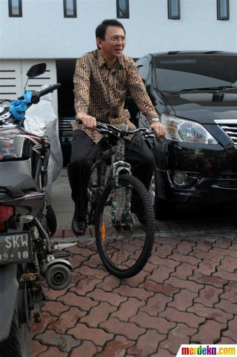 ahok naik motor foto ahok berbaju batik naik sepeda pindah naik bus