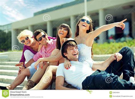 imagenes alegres de amigos grupo de amigos alegres imagenes de archivo imagen 22824064