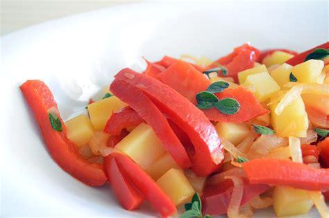 come cucinare i peperoni in padella peperoni in padella con cipolle e patate burrofuso