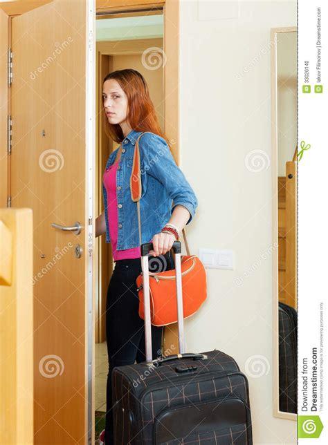 rachel se va de la mujer enojada se va a casa con la maleta foto de archivo imagen 33020140