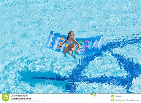 pool matratze ein m 228 dchen sitzt auf matratze im pool