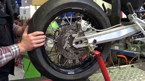 Youtube Motorradreifen Wechseln by Aus Einbau Hinterrad Bei Einer Supermoto Youtube