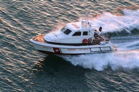 capitaneria di porto di augusta guardia costiera di augusta salva un marittimo e lo porta