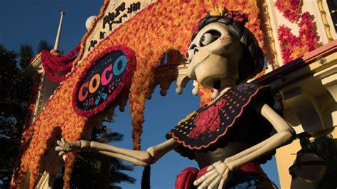 coco adventure video exploring the plaza de la familia in disney