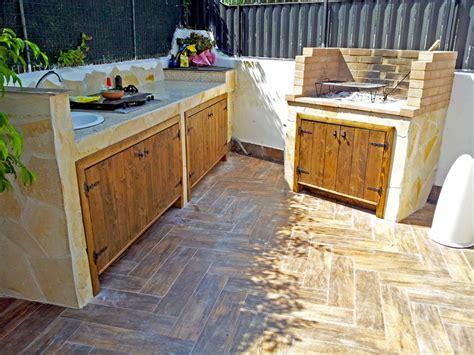 cucina in muratura per esterno cucina con chiusura in doghettato d abete per esterno la