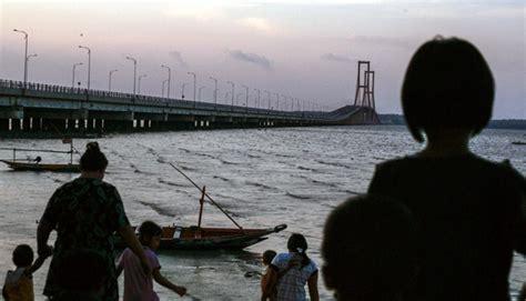 Bola Pantai Ukuran Besar Untuk Bermain Dipantaikolamtempat Wisata jembatan suramadu akan dilengkapi kereta gantung untuk