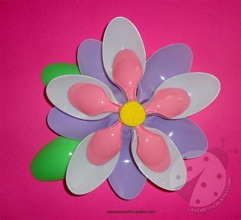 fiore con s fiore con cucchiai di plastica colorati lavoretti creativi