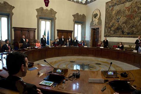 decreti consiglio dei ministri il cdm approva il decreto banche via libera ai rimborsi