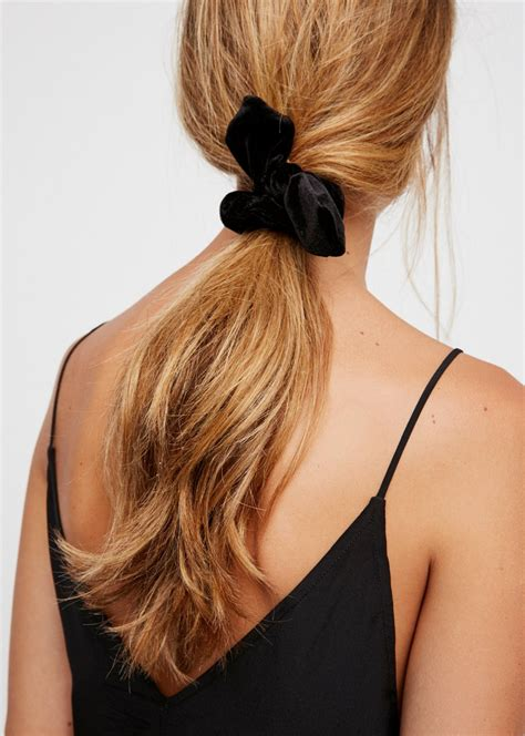 how do you put a pony tail scrunchie on short hair the low ponytail what s old is new again beauty trends