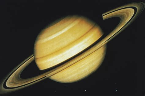 what does saturn look like in the sky synonym