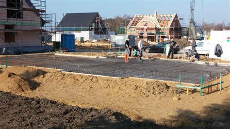 Bodenplatte Einschalen Anleitung by Bodenplatte Betonieren Bewehrung Verlegen Und Beton Gie 223 En