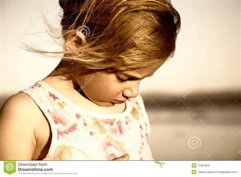 imagenes de niña triste ni 241 a triste en la playa