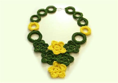 fiori all uncinetto per collane uncinetto 2 0 collana a uncinetto con fiori e anelli