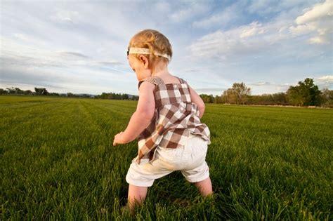 wann lernen baby laufen laufen lernen babys erste schritte 9monate de