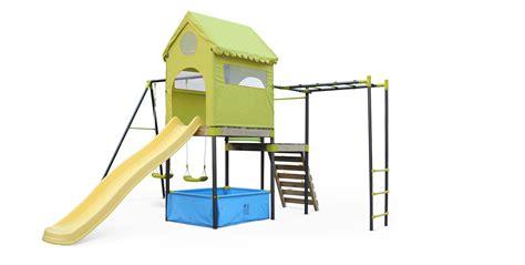 Aire de jeux Bora, toboggan, balançoires, cabane, mur d