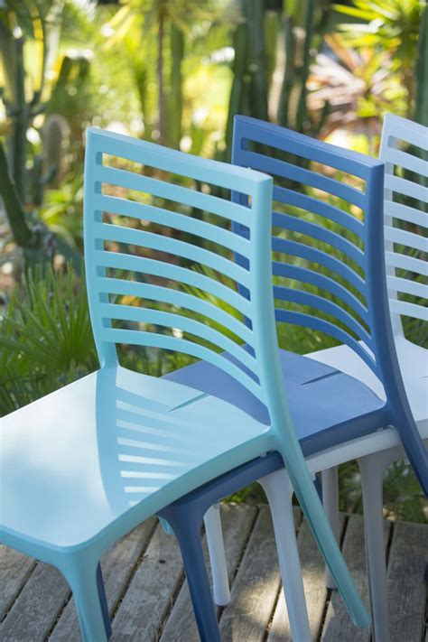 un festival de chaises et de fauteuils de jardin