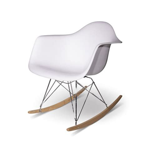 chaise rockincher schommelstoel of schommelbank op balkon interieur inrichting