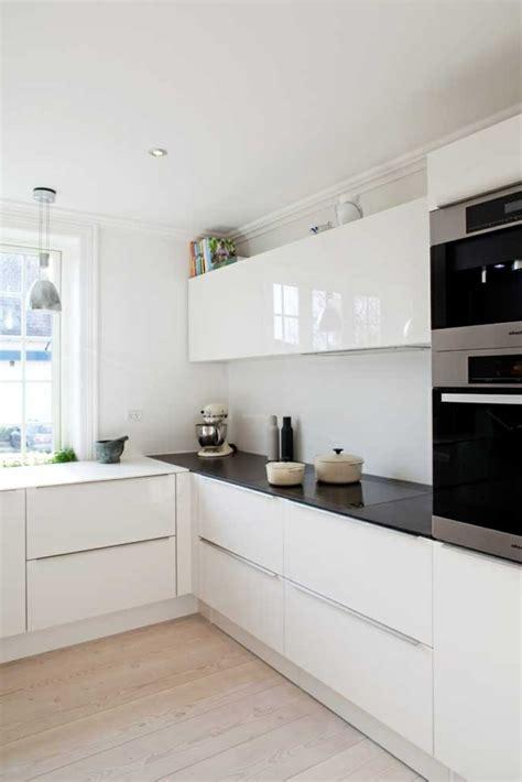 cuisine blanche parquet la cuisine laqu 233 e une survivance ou un hit moderne