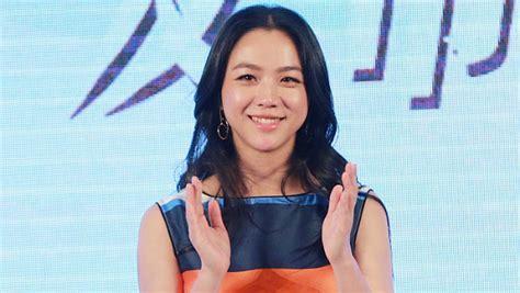 Jaket Wanita Korea Soo Youn pakai jaket tebal tang wei muncul pertama kalinya usai