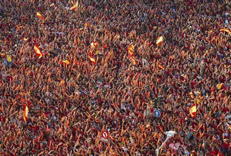 marea humana marea humana celebrando la victoria de la roja en la eurocopa 2012 en cibeles eurocopa 2012