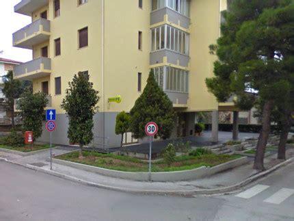 ufficio postale senigallia sfoga la rabbia sulla vetrata delle poste carabinieri