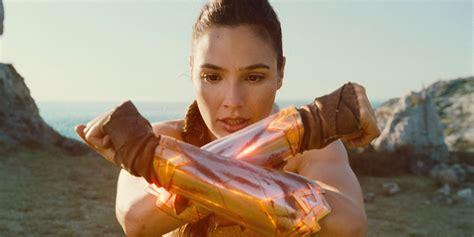 wonder woman movie imagenes gal gadot celebrates wonder woman box office screen rant