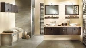 du bois dans la salle de bains pour un esprit nature