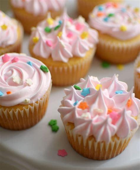 decorar cupcakes cupcakes de vainilla cl 225 sicos decorados con merengue