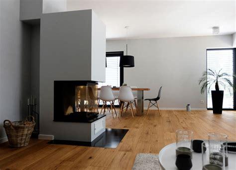 wohnideen offener wohnbereich haus a offener wohnbereich mit kamin als raumteiler