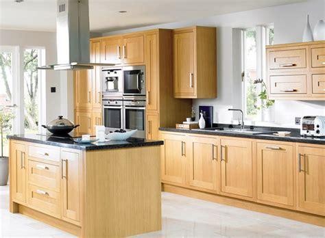 des cuisines en bois quand la cuisine en bois naturel joue la tendance