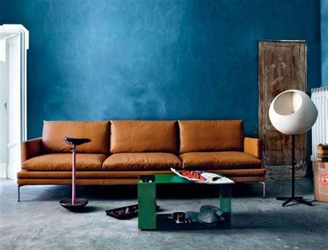 brown sofa what color walls wand streichen in farbpalette der wandfarbe blau freshouse