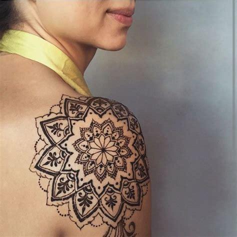 tattoo mandala epaule 17 meilleures id 233 es 224 propos de tatouages 192 l henn 233 por l