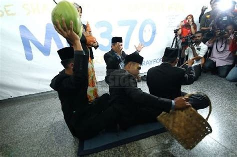 malaysian bomoh malaysian quot bomoh quot pitches in to search for missing mh370