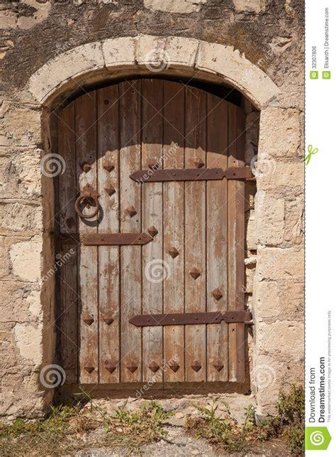 Porte Bébé Hamac Castle by 与金属装饰的老木门 免版税库存图片 图片 32307806