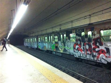 metro porta di roma panico nella metro b di roma si stacca porta di treno in