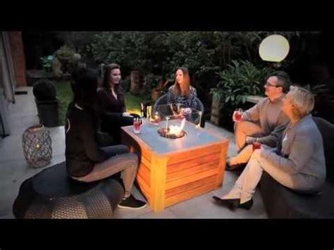 table basse de jardin avec feu central