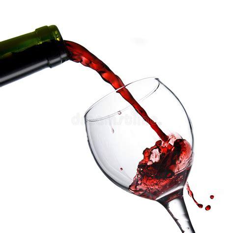 versamento in vino rosso di versamento in calice di vetro isolato su