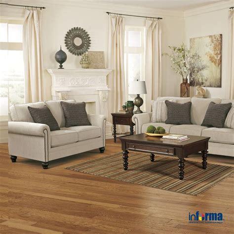 pemilihan warna putih pada sofa yang disamakan dengan warna tembok dapat mempercantik ruangan di