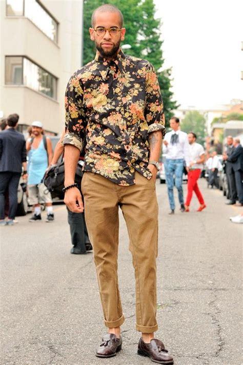 Kemeja Navy Pantai Pria 5 trik gunakan kemeja floral agar tetap terlihat
