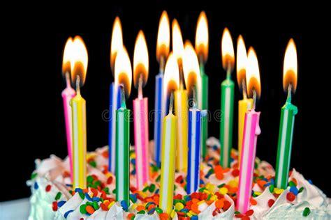 immagini candele compleanno candele su una torta di compleanno immagine stock