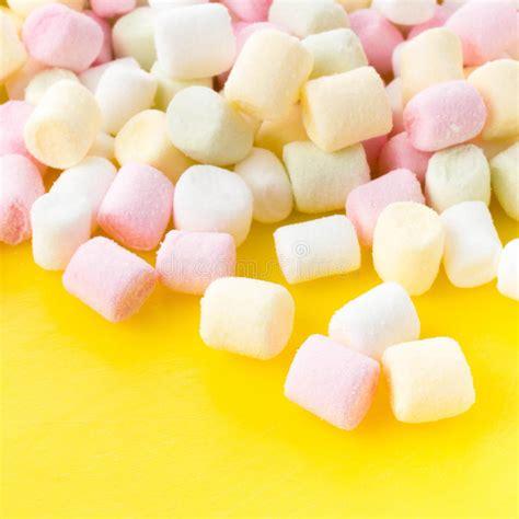 sedere molle un mucchio di piccole caramelle gommosa e molle gonfie