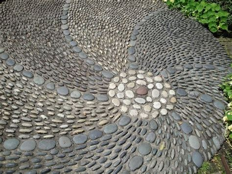 garten ideen kieselsteine mosaik kieselsteine gartenideen gr 252 ne pflanzen dlažba