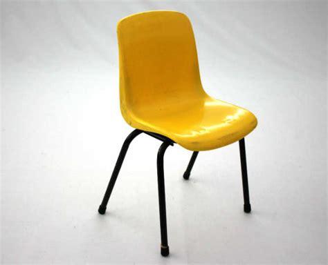 chaise plastique enfant chaise coque jaune 70 le vintage dans la peau