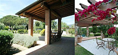 tettoie e pergolati in legno pergolati in legno per terrazzi con arredi fiorelli