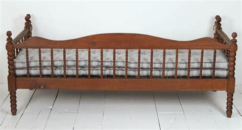 vintage american spindle daybed  pull  trundle