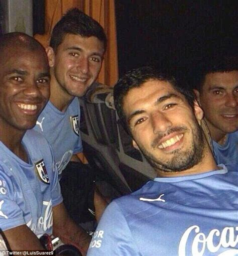 Kaos Luis Suarez luis suarez kabur ke wc disela sela laga uruguay vs saudy