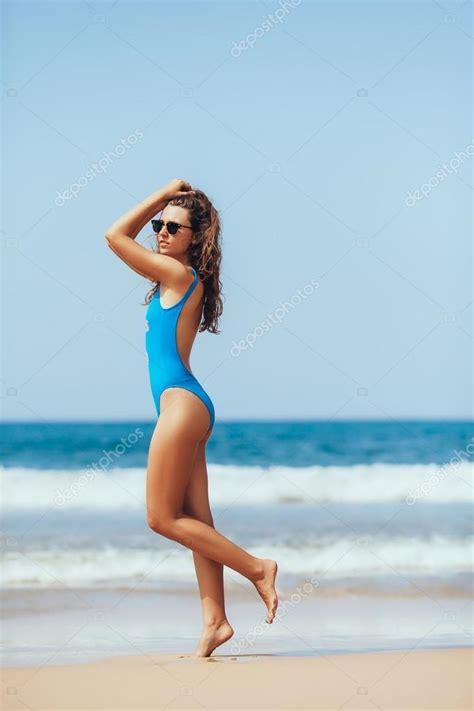 ragazza in costume da bagno ragazza in costume da bagno moda sopra il mare e il